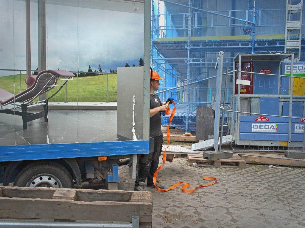 I slutet av juli anlände den första lastbilen med fönsterramar.