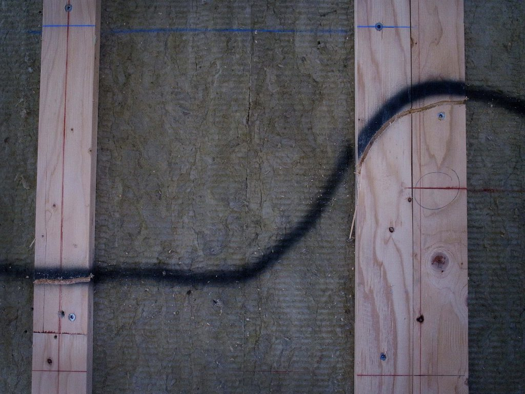 Det dras ledningar. Ett spår fräses ur läkten där ledningen ska gå.